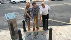Fernando Giner, portavoz de Cs Ayuntamiento, junto con los concejales de Cs Amparo Picó y Manuel Camarasa, junto a la placa conmemorativa del lugar donde nació el Valencia CF.