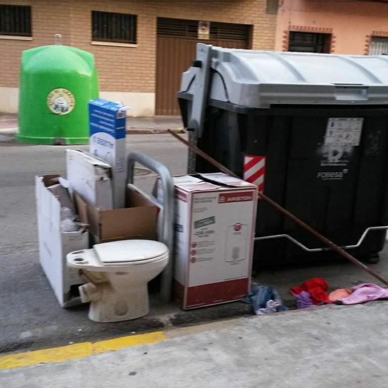 Abandono de basuras bloqueo acceso garaje (8)