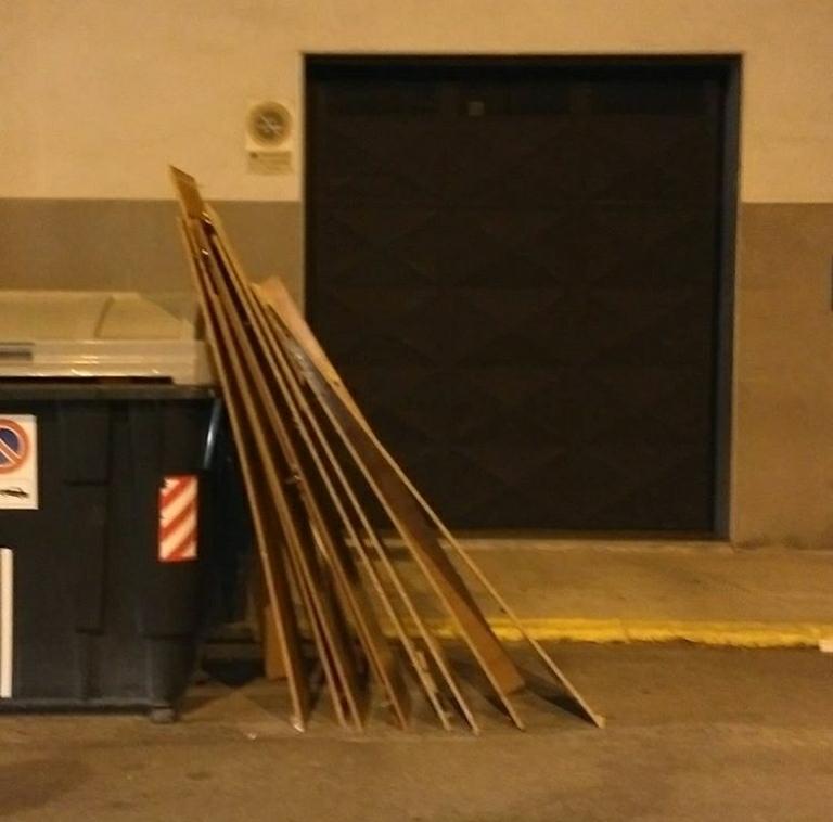 Abandono de basuras bloqueo acceso garaje