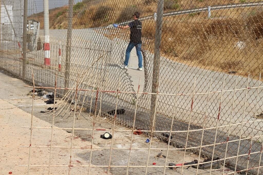 Más de 100 inmigrantes entran en Ceuta saltando el vallado fronterizo con Marruecos lanzando recipientes con líquidos lesivos 2018-08-22_Ceuta_04 (3)
