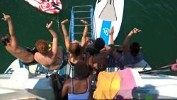 Personas en riesgo de exclusión social visitan el arrecife artificial de la playa de LA Malvarrosa