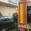 Bomberos rescatan a una mujer atrapada en su vehículo por el agua en el Camí Fondo de Almassora