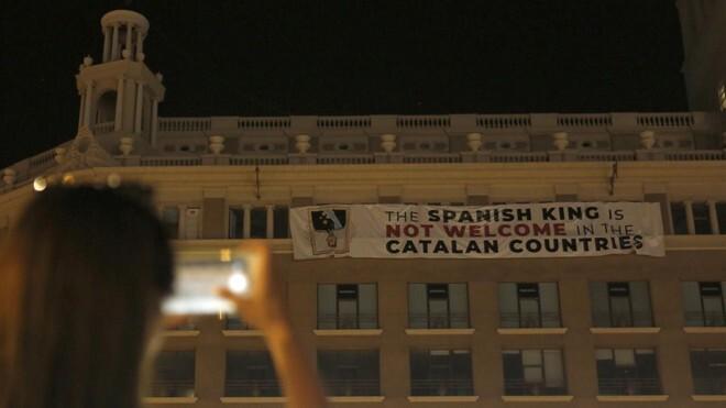 pancarta-que-afirma-que-rey-bienvenido-catalunya-este-jueves-por-noche-agosto-edificio-placa-catalunya-1534457075008