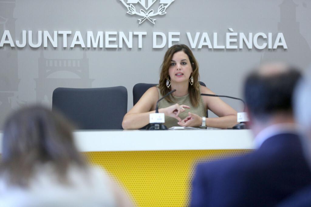 VALENCIA  2018-08-03  La regidora de Desenvolupament Econòmic Sostenible i alcaldessa en funcions, Sandra Gómez, presenta en roda de premsa les millores del servici del 010.