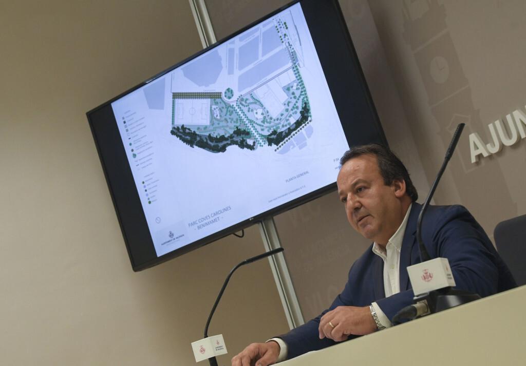 El regidor de Desenvolupament Urbà i Vivenda, Vicent Sarrià, presenta en roda de premsa el document previ del Projecte Parc Carolina