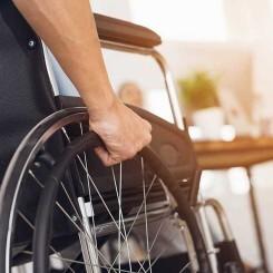 La estimulación eléctrica permite andar a un paciente con una parálisis completa de sus piernas