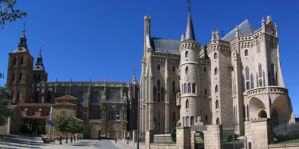 Astorga_Cathedral_Bishops_palace_2005-1140x570