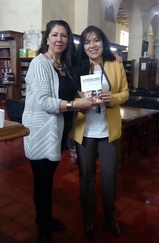 Claudia Sierra, delegada de LIBRO, VUELA LIBRE en Colombia, haciendo entrega de un ejemplar.