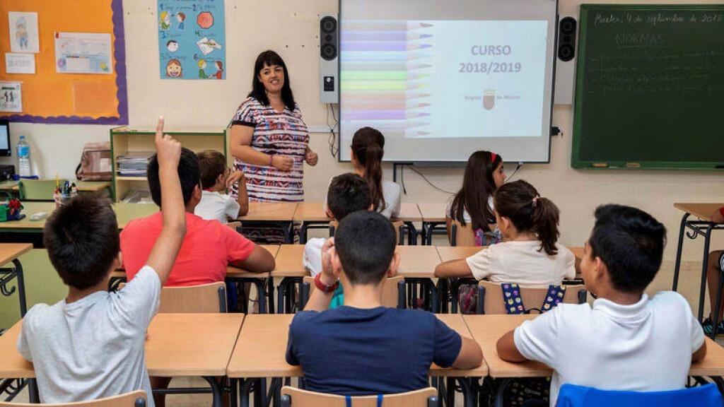 El Gobierno delega a las comunidades autónomas revertir los recortes en educación