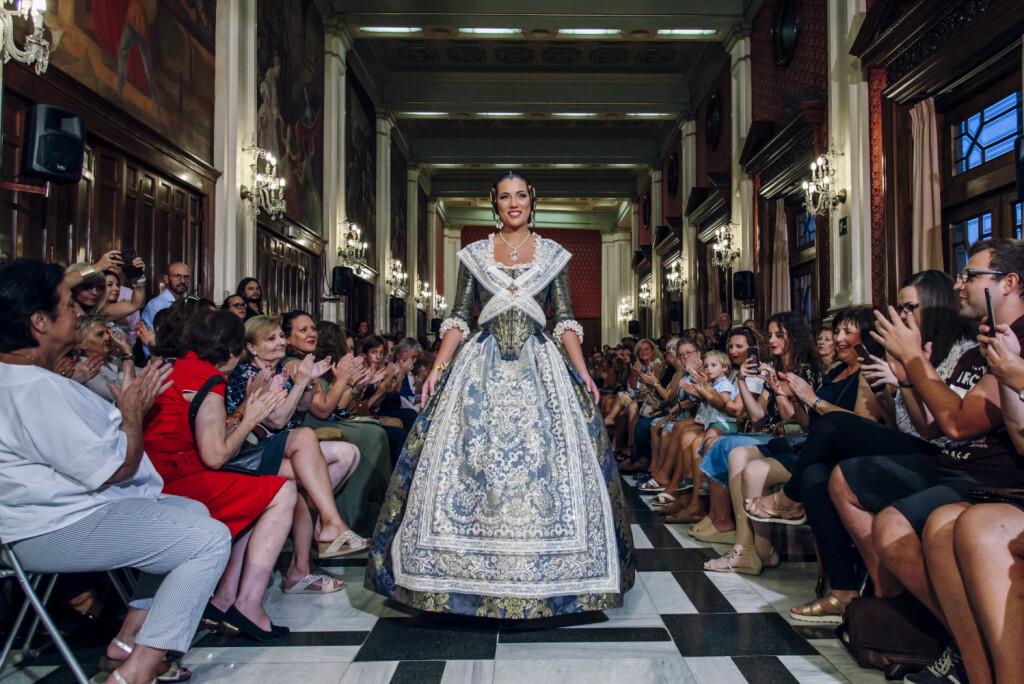 Estefania Montesinos FMV2015 durante el desfile de L'Ú i Dos Indumentaria Valenciana