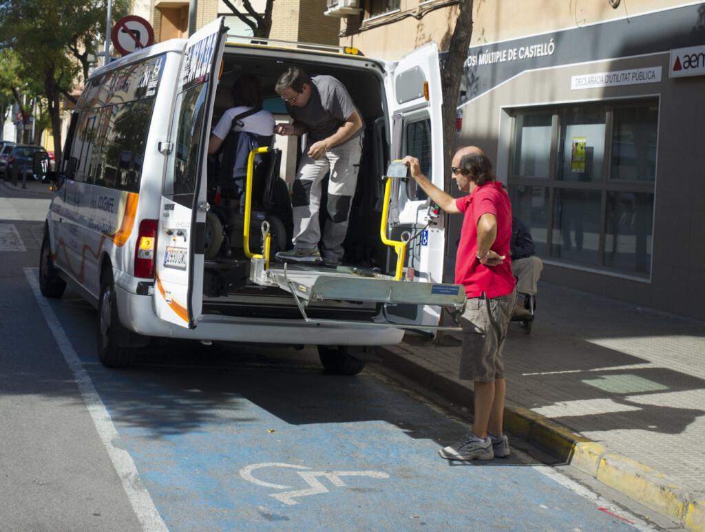La Diputación garantiza el servicio de transporteadaptado ausuarios de centros socialesespecializadosde 25municipios