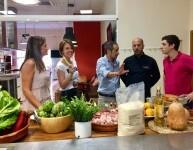 La Directora de VCC, María Sanchez-Robles, el gerente Pablo Lozano, el cocinero Luis Peñafort y miembros de su equipo.