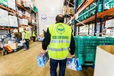 """Voluntaris de la Federació Espanyola de Bancs d'Aliments (FESBAL) gestionant els donatius de llet de la campanya al magatzem de la FESBAL.  La llet és un dels aliments més sol·licitats per las entitats socials que atenen col·lectius en risc d'exclusió. Davant d'aquesta realitat, l'Obra Social """"la Caixa"""" posa en marxa la segona edició de la campanya de recollida de llet en favor dels bancs d'aliments """"Cap nen sense bigoti"""". La campanya inclou una recollida física a les 5.239 oficines de CaixaBank a tota Espanya i als centres associats a l'Obra Social """"la Caixa"""", entre el 9 i el 20 de maig de 2016."""