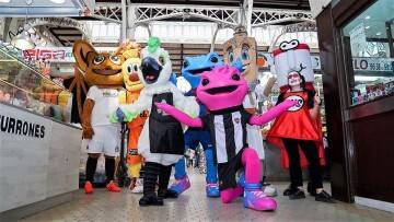 Cotorra', la mascota del Mercado Central, participa en su primer acto (1)