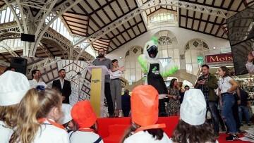 Cotorra', la mascota del Mercado Central, participa en su primer acto (3)
