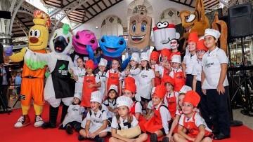 Cotorra', la mascota del Mercado Central, participa en su primer acto (5)