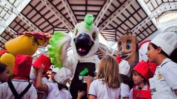 Cotorra', la mascota del Mercado Central, participa en su primer acto (7)