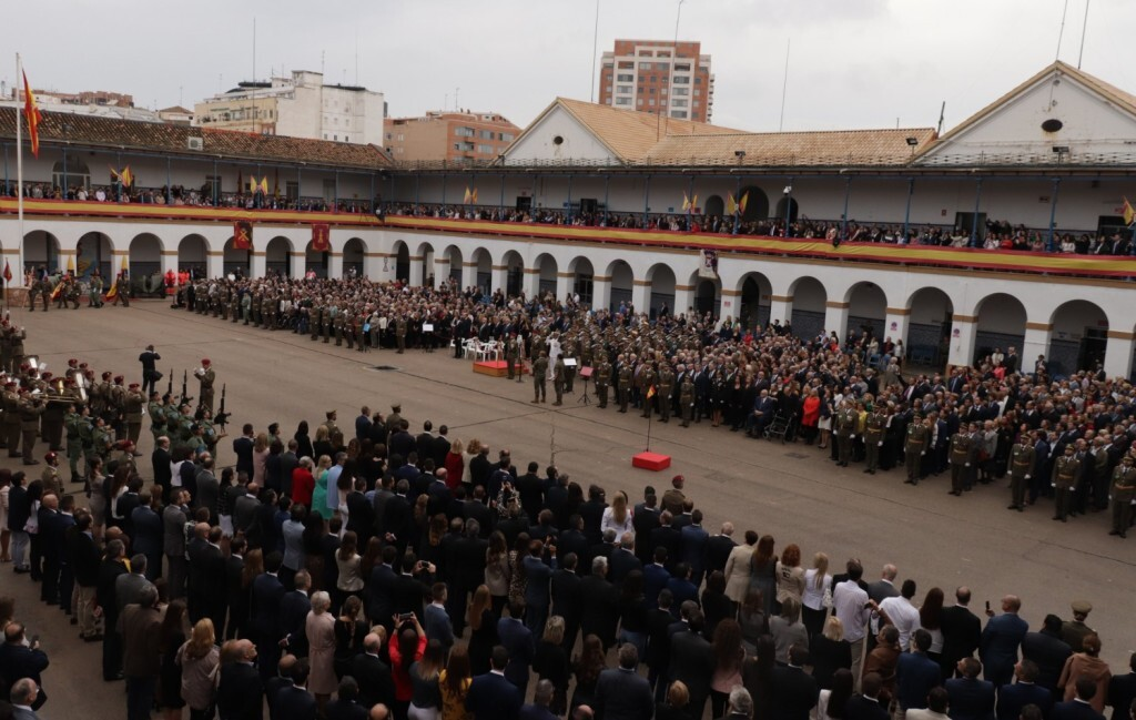 Multitudinaria jura de bandera de personal civil en Valencia (1)