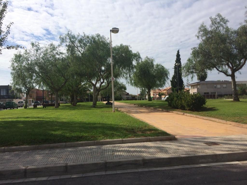 Parque canino en plaza les Carabeles (2)