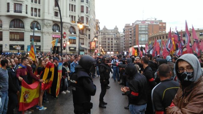 manifestants-antifeixistes-seguidors-extrema-Valencia_2103399905_57372196_651x366
