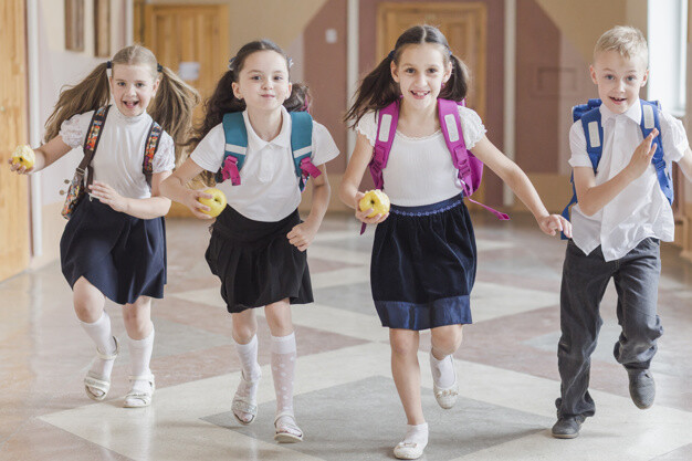 ninos-manzanas-corriendo-pasillo-escuela_23-2147848719