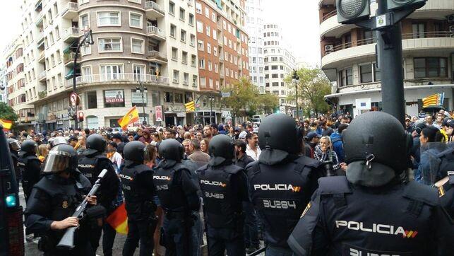 policial-mantiene-controlados-extrema-derecha_EDIIMA20181009_0875_4