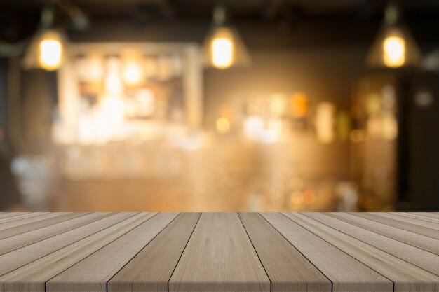 sobremesa-madera-vacia-cafeteria-borrosa-forma-fondo-montaje-sus-productos_7182-1003