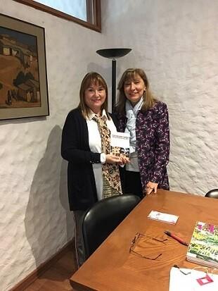 Angélica Leal y Fresia Tremolini celebrando la llegada de la antología de los talleres de escritura LIBRO, VUELA LIBRE a Chile