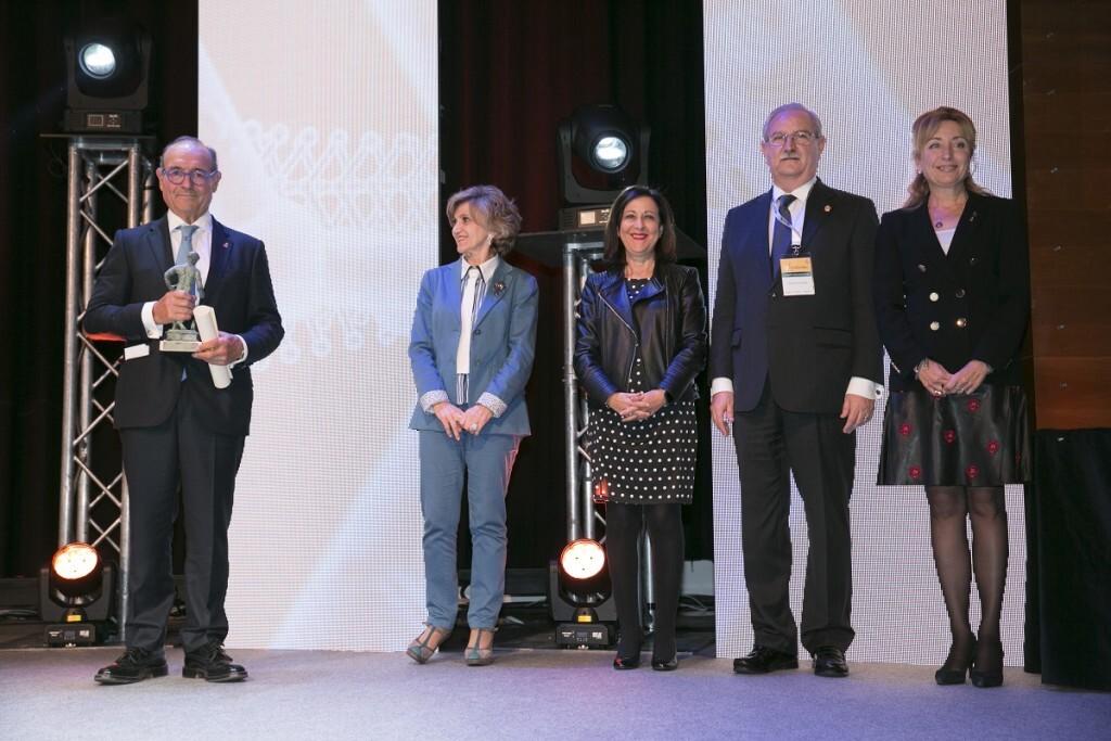 Dr. Anastasio Montero recoge el premio Mejor Trayectoria de manos la ministra de Sanidad, Mª Luisa Carcedo