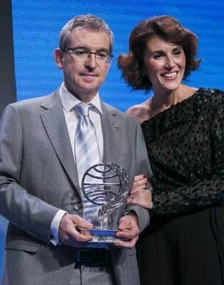 El ganador del Premio Planeta junto a la finalista.