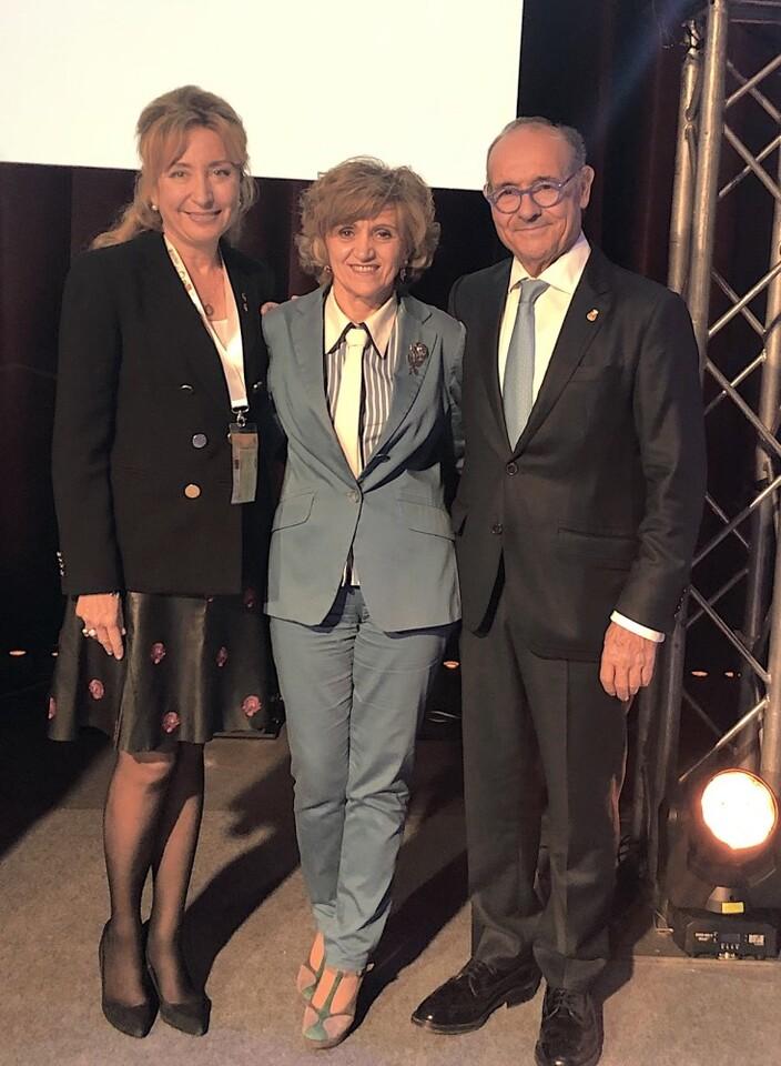 Pdta. del ICOMV, Dra. Mercedes Hurtado; ministra de Sanidad, María Luisa Carcedo, y Dr. Anastasio Montero, premiado