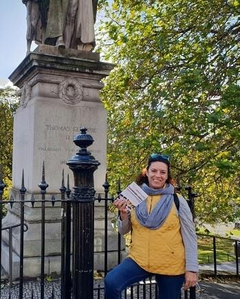 1 Dulce Díaz, delegada de LIBRO, VUELA LIBRE en Escocia, con un ejemplar de CADA MIRADA ES ÚNICA