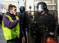 "A protestor speaks to an anti-riot policeman near the Champs Elysees in Paris on December 8, 2018 during a mobilisation gainst rising costs of living they blame on high taxes. - Paris was on high alert on December 8 with major security measures in place ahead of fresh ""yellow vest"" protests which authorities fear could turn violent for a second weekend in a row. (Photo by Sameer Al-Doumy / AFP)"