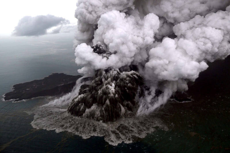 An aerial view of Anak Krakatau volcano during an eruption at Sunda strait in South Lampung, Indonesia, December 23, 2018 in this photo taken by Antara Foto.  Antara Foto/Bisnis Indonesia/Nurul Hidayat/ via REUTERS  ATTENTION EDITORS - THIS IMAGE WAS PROVIDED BY A THIRD PARTY. MANDATORY CREDIT. INDONESIA OUT.     TPX IMAGES OF THE DAY
