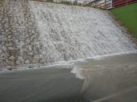 2)Imagen de la cascada que se origina al caer el agua acumulada en la parte superior del túnel