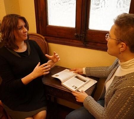 La profesora Aurora Luna junto a la autora, hablan sobre la figura de Santa Teresa.