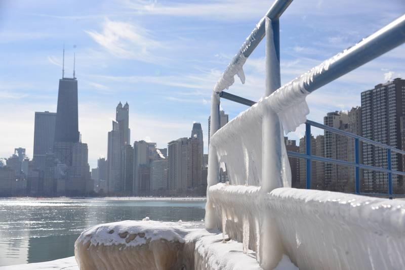 """-FOTODELDIA- ACOMPAÑA CRÓNICA: EEUU FRÍO - AME3774. CHICAGO (ESTADOS UNIDOS), 26/01/2019.- Vista de los alrededores congelados de un lago, en Chicago (EE.UU.). La inusual ola de frío polar ha obligado a los habitantes de Chicago (EE.UU.) a instalar estufas en los andenes mientras esperan el metro o refugiarse en """"centros de calentamiento"""" habilitados por la Alcaldía. Las gélidas temperaturas han convertido en una odisea para los pasajeros tomar el """"L"""", como se le llama al tren elevado de Chicago, porque la mayoría de las estaciones están a la intemperie. EFE/ Enrique García Fuentes"""
