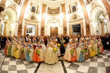 Falleras Mayores de Valencia ofrecen flores a la Virgen