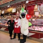 Una pareja de vendedores anuncia su compromiso en presencia de 'Cotorra', la mascota del Mercado