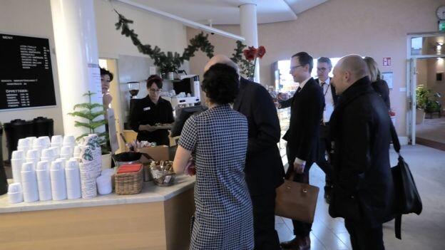 Los diputados de Suecia pagan por su comida y por su café.