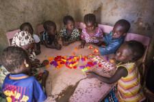 Yatè Seyba (centre) avec ses camarades, en train de jouer au Centre de Développement de la Petite Enfance (CDPE) du village de Kendie. Grâce à H&M Foundation et UNICEF Suède, les enfants de ce village lointain du Mali ont accès à l'éducation préscolaire. Seulement 3% des enfants ont accès à des services préscolaires au Mali. Village de Kendie, Cercle de Bandiagara, Région de Mopti.