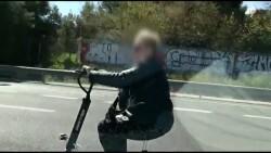 Una mujer viajando por por la autovía CV-30 en patinete eléctrico y escuchando música