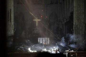 PHW151. PARÍS (FRANCIA), 15/04/2019.-Vista interior de la catedral de Notre Dame este lunes, en París (Francia). La catedral de Notre Dame de París, uno de los monumentos más emblemáticos de la capital francesa, está sufriendo un incendio, según pudo constatar una periodista de Efe en el lugar. EFE/YOAN VALAT