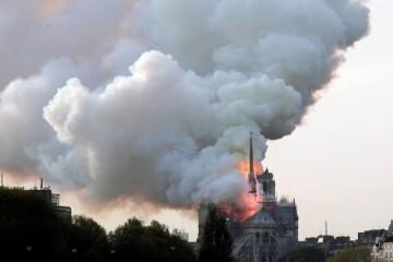 EPA9071. PARÍS (FRANCIA), 15/04/2019.- Vista de un incendio en la catedral de Notre Dame este lunes en París, Francia. La catedral de Notre Dame de París, uno de los monumentos más emblemáticos de la capital francesa, está sufriendo un incendio, según pudo constatar una periodista de Efe en el lugar. Un gran despliegue de bomberos trata de controlar las llamas, que salen sobre todo de la aguja central del templo, que es visitado por miles de personas cada día. EFE/ Ian Langsdon