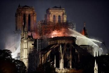 PHW151. PARÍS (FRANCIA), 15/04/2019.-Bomberos intentan apagar el incendio en la catedral de Notre Dame este lunes, en París (Francia). La catedral de Notre Dame, icono de París y exponente máximo del arte gótico, sufrió este lunes un devastador incendio que acabó con parte de su estructura y sumió a Francia en un estado cercano a la conmoción. EFE/ Julien De Rosa