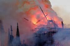 EPA9071. PARÍS (FRANCIA), 15/04/2019.- La aguja central de la catedral de Notre Dame cae durante un incendio este lunes en París, Francia. La aguja central de la catedral de Notre Dame de París se derrumbó este lunes devorada por un incendio que afectó a buena parte del tejado del templo gótico. Las llamas aparecieron sobre las 18.50 de la tarde, poco después de la hora de cierre al público del monumento, que se encontraba en obras de restauración. EFE/ Ian Langsdon