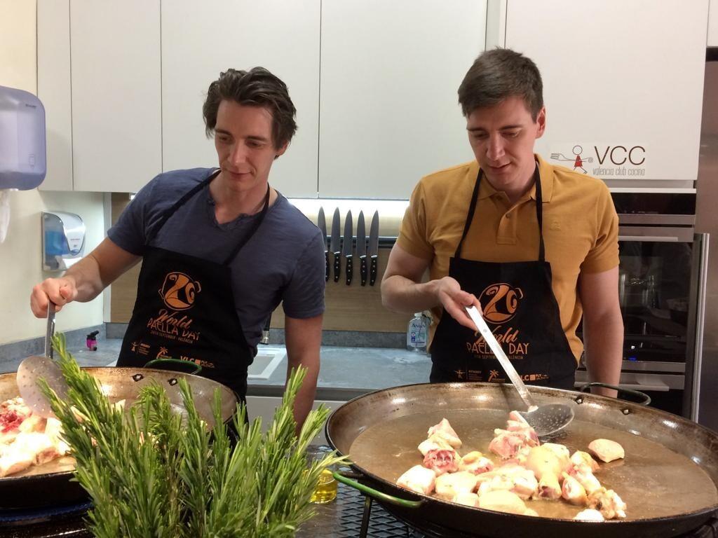 Losgemelos Weasley aprenden a cocinar paella valenciana en Valencia Club Cocina (2)