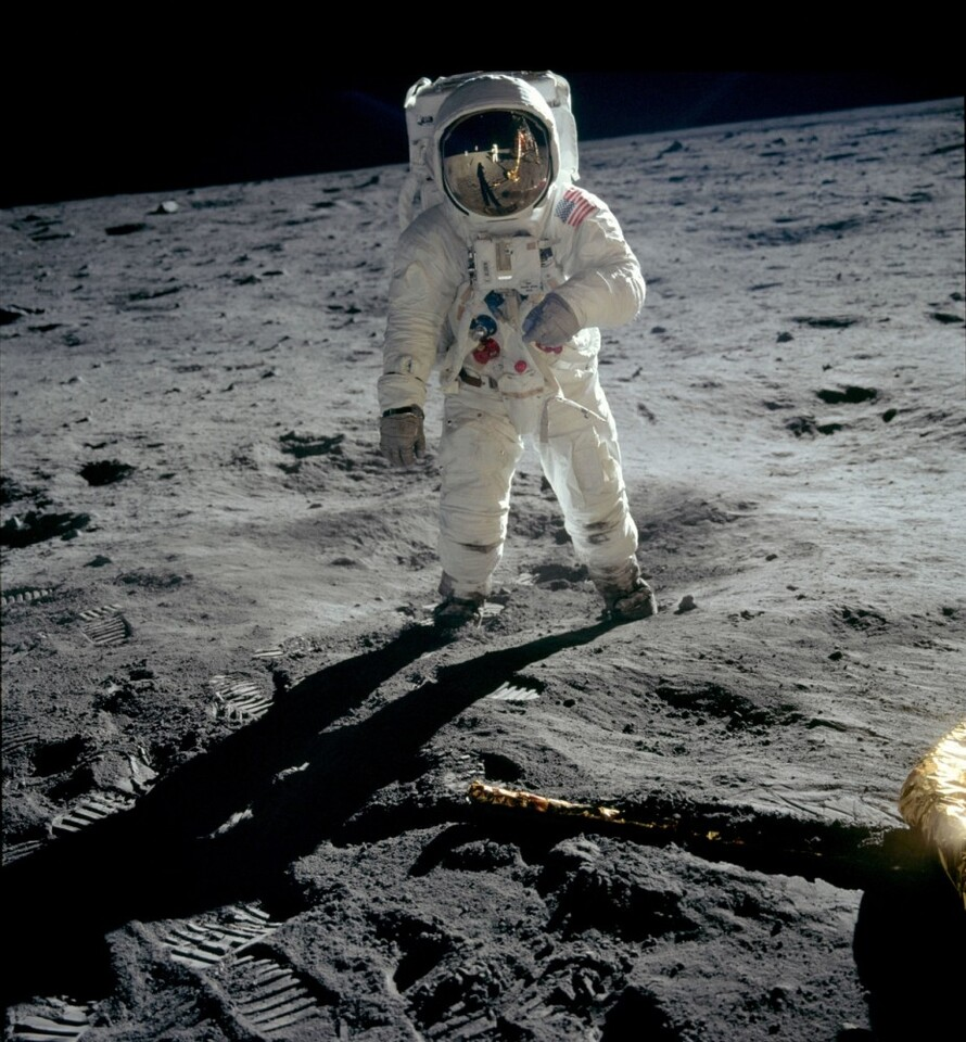 Apollo_04_Aldrin_walks_on_moon_(1186x1280)