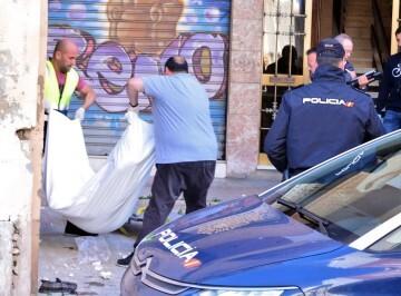Cuerpo sin vida en la Calle Sagunto Foto: E. García