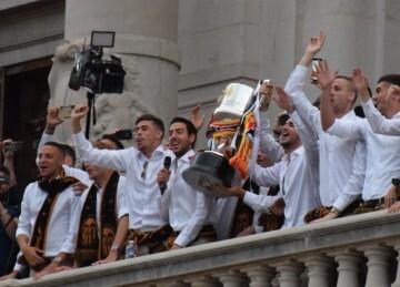 El Valencia C.F. presenta la Copa a la patrona, autoridades locales y a la afición en el Ayuntamiento (1)